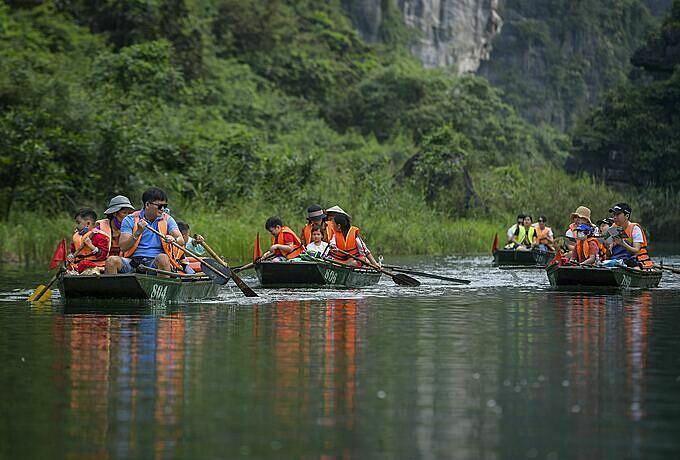Để thăm thú hết khu du lịch Tràng An, du khách sẽ ngồi trên thuyền ít nhất 3 giờ đồng hồ. Năm nay vắng khách, nên nhiều du khách cho biết họ cảm thấy khá thoải mái. Tôi đã đi Tràng An ít nhất 3 lần, đây có lẽ là dịp hiếm hoi không phải chứng kiến sự ồn ào, anh Hùng, một du khách từ Hà Nội chia sẻ.