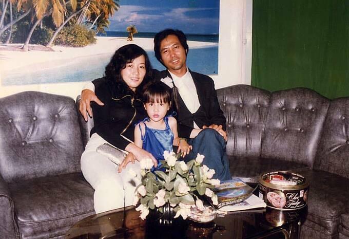 Diễm My 9X đăng ảnh thời nhỏ bên bố mẹ và tâm sự: Hơn mộtnăm kể từ ngày mẹ đi, mỗi lần nghĩ tới My vẫn còn khóc rất nhiều. Nhưng biết sao được, My cần nỗ lực nhiều hơn để mẹ ở đâu đó vẫn luôn an lòng về cô con gái nhỏ.