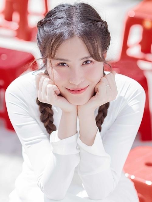 Vì tập trung lo cho đám cưới, năm 2019, Đông Nhi chỉ thực hiện duy nhất một sản phẩm kỷ niệm với ông xã Ông Cao Thắng. MV Khi con là mẹ đánh dấu sự trở lại của nữ ca sĩ sau một năm vắng bóng.