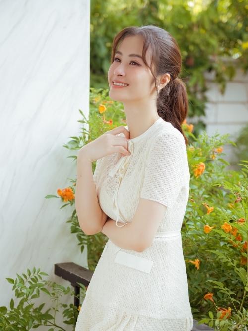 Đông Nhi với nụ cười rạng rỡ, hạnh phúc khi sắp làm mẹ.