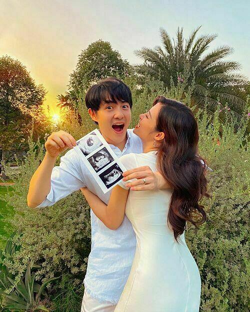 Sáng 28/4, Đông Nhi khoe ảnh hạnh phúc bên chồng, tay Ông Cao Thắng cầm bức ảnh siêu âm thai nhi. Lần đầu tiên thấy anh ấy hồi hộp từng ngày suốt 3 tháng qua. Cám ơn thiên thần nhỏ đã xuất hiện trong cuộc đời của ba mẹ. Yêu con!, Đông Nhi tâm sự.