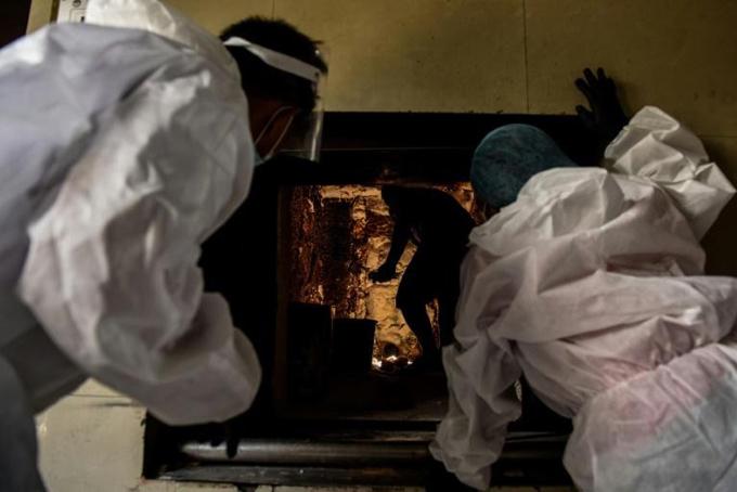 Nhân viên nhà hỏa táng ở thủ đô Manila, Philippines đang thực hiện công việc. Ảnh: AFP.