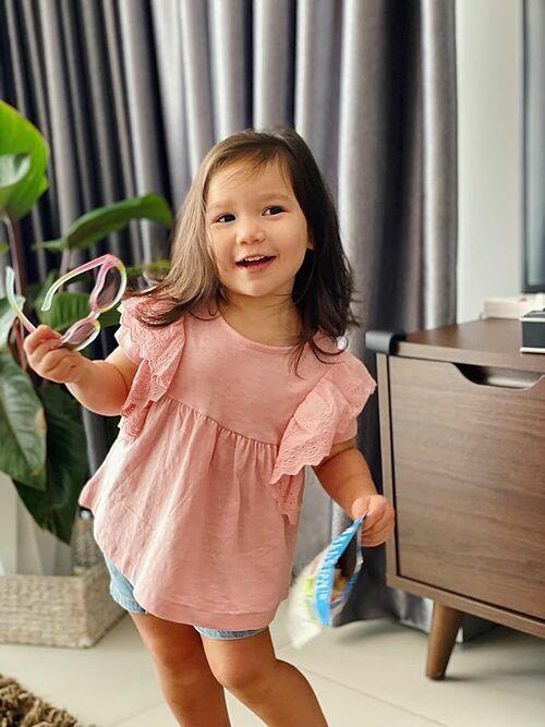 Bé Myla gần 2 tuổi lém lỉnh, hay cười.