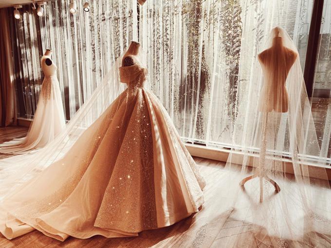Khi thay lớp corset tay dài phía trên, thiết kế trở thành một chiếc váy trễ vai thời thượng.