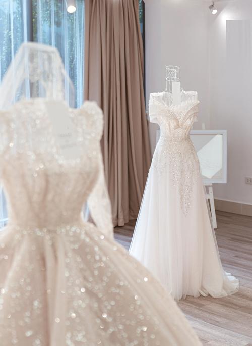 Hai kiểu chân váy khác giúp biến hóa chiếc váy trở nên gọn gàng, thanh lịch cho phần tiệc tối và đón khách của cô dâu.