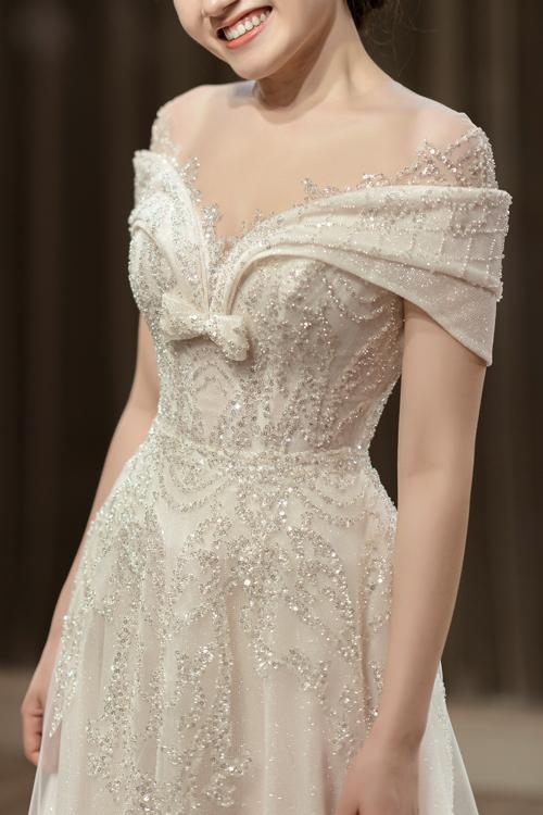 Nụ cười rạng ngời, hạnh phúc của cô dâu trong ngày thử váy.