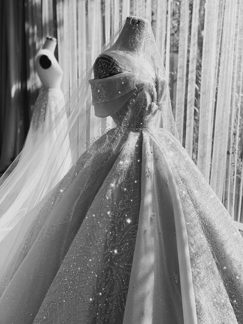Họa tiết đính kết trên thân váy là những hoa văn quen thuộc của kiến trúc châu Âu. Tất cả các chi tiết đính kết đều được làm thủ công theo tiêu chuẩn của dòng váy Haute Coture.