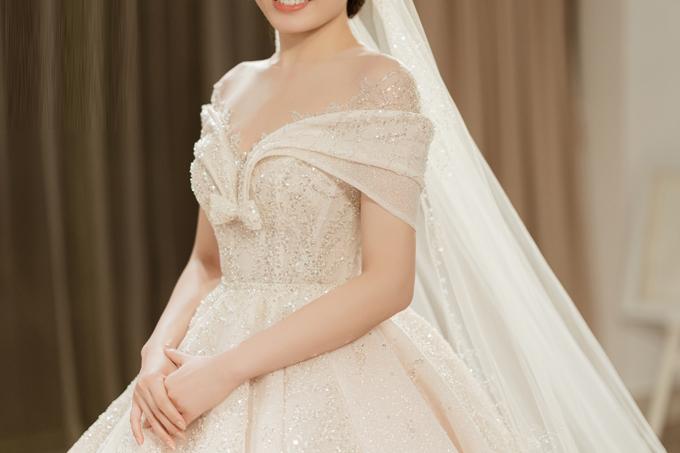 Phần cổ illusion (kiểu cổ 2 trong 1 và lớp phía trong bằng vải lưới trong suốt) cố định phom váy giúp cô dâu thoải mái di chuyển, vận động mà không bị xô lệch vai áo.
