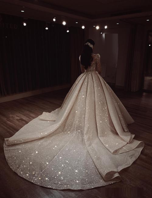 Toàn bộ thiết kế được may bằng vải sequins nhập Pháp, đính đá Swarovski đến từ Áo nên có độ lấp lánh tự nhiên. Càng dưới bóng tối, chiếc váy càng trở nên lung linh,.