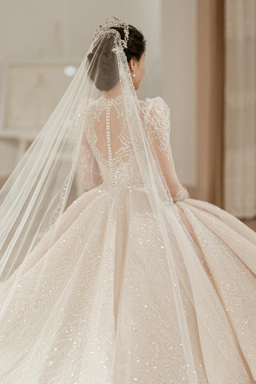 Còn với NTK Phương Linh, những chiếc váy cưới hoàng gia kinh điển là nguồn cảm hứng bất tận để chị sáng tạo nên nhiều tác phẩm và giúp các cô dâu hiện thực hóa ước mơ.