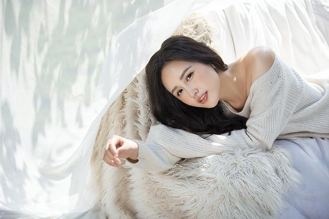 Bộ ảnh được thực hiện với sự hỗ trợ của nhiếp ảnh Lê Thiện Viễn, stylist Kiệt Cao, trang điểm Quý Đoàn, làm tóc Eric Nguyễn.