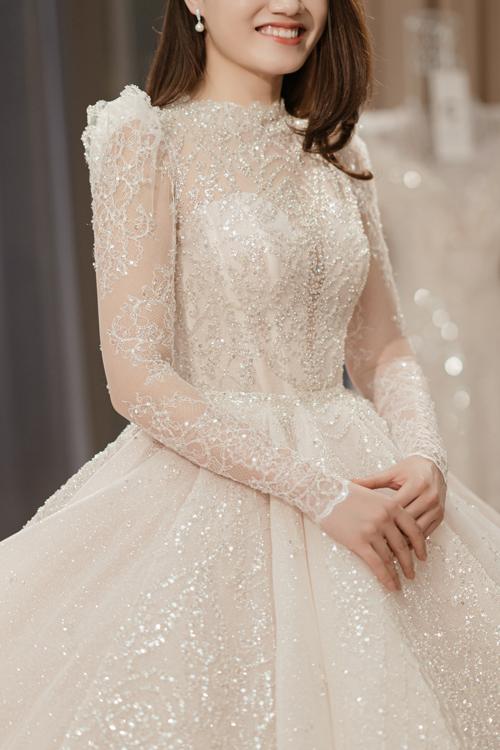 Một trong những chiếc váy phong cách hoàng gia mà bà tiên váy cưới Phương Linh không thể quên cũng chính là tác phẩm chị vừa hoàn thành cho cô dâu đến từ Hải Phòng. Nó đặc biệt bởi được thực hiện trong hoàn cảnh chưa từng có trong lịch sử và khả năng biến hóa khôn lường.