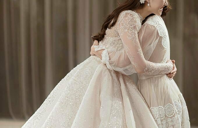 Với kiểu váy bồng xòe, đuôi dài, hạt đá pha lê được đính theo ý đồ của NTK, xen kẽ giữa các ly váy để tạo hiệu ứng ẩn - hiện huyền ảo.