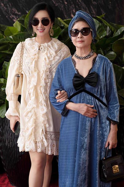 Mỗi lần xuất hiện, mẹ của hoa hậu Giáng My đều gây chú ý với vẻ quý phái và gu ăn mặc dành điệu không kém con gái.