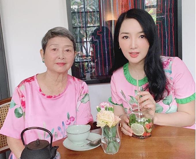 Mẹ của Giáng My năm nay 76 tuổi, từng là Hoa khôi Nhạc viện Hà Nội. Ảnh đen trắng chụp bà thời trẻ từng được treo làm mẫu suốt nhiều năm ở hiệu ảnh gần Bờ Hồ Hà Nội.