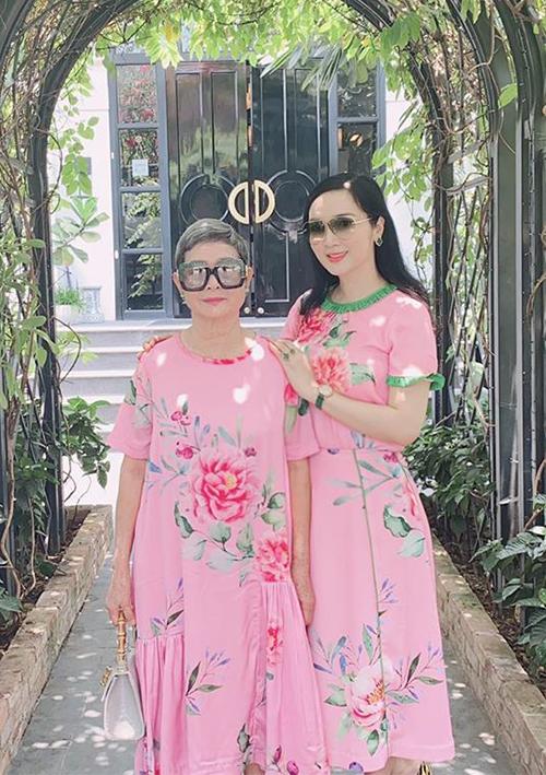 Hai mẹ con hoa hậu Giáng My thường xuyên mặc ton sur ton mỗi khi đồng hành.