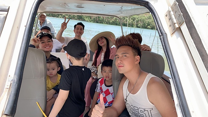 Vợ chồng Kha Ly - Thanh Duy và nam ca sĩ Phi Hùng được gia đình Vy Oanh đưa đi tham quan và thu hoạch cá khi về Vũng Tàu.