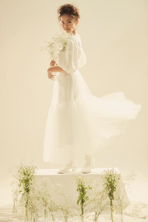 Trang phục dành cho mùa nắng được Thanh Huỳnh thể hiện trên sắc trắng nhẹ nhàng, hồng lãng mạn và tông vàng saffron - gam màu hot trend trên các sàn diễn quốc tế.