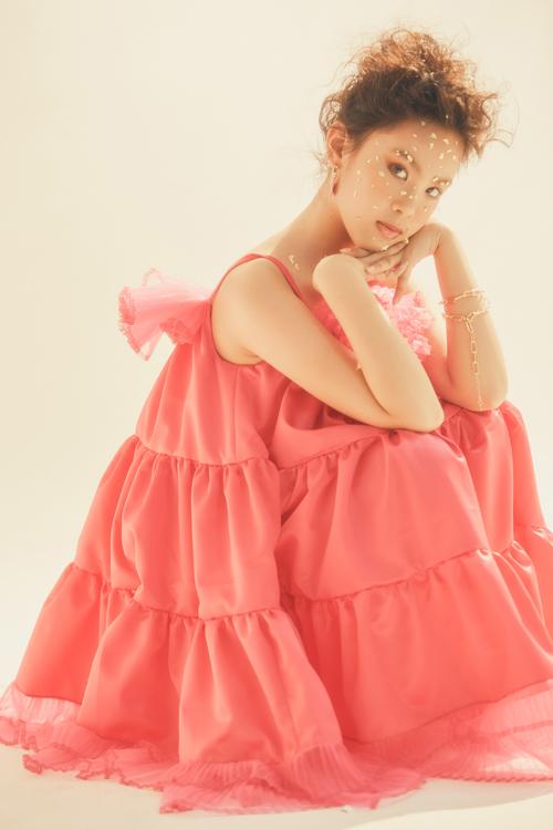Bộ ảnh được thực hiện với sự hỗ trợ của nhiếp ảnh Hoàng Phúc, stylist Huy Nguyễn, trang điểm Hàng Thanh Thiện, làm tóc Bi Hà, trang phục nhà thiết kế Thanh Huỳnh.