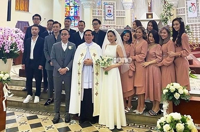 Hội bạn thân của vợ chồng Hoàng Touliver - Tóc Tiên toàn những gương mặt đình đám của làng nhạc Việt như: ca sĩ Soobin Hoàng Sơn, Cường Seven, ca sĩ MLee... Họ cũng chính là phù dâu, phù rể của cặp đôi trong đám cưới diễn ra ở Đà Lạt hồi tháng 2/2020.