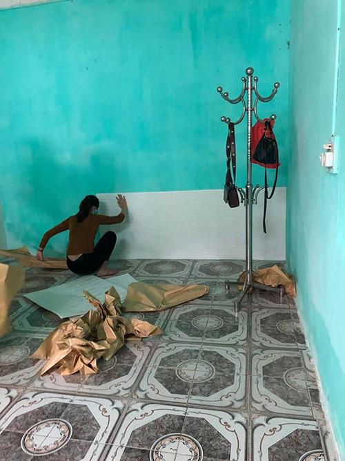 Hai vợ chồng bàn bạc và cùng lên ý tưởng về không gian sống. Do chồng đi công tác nên Nguyệt tự cải tạo căn phòng. Chị mua 85 miếng xốp trắng để dán tường từ các trang thương mại điện tử với giá từ 13-15.000 đồng/miếng.