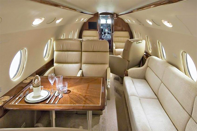 C. Ronaldo cùng gia đình có thể thoải mái thưởng thức bữa ăn trên máy bay. Chiếc chuyên cơ này chở được tối đa 10 hành khách.