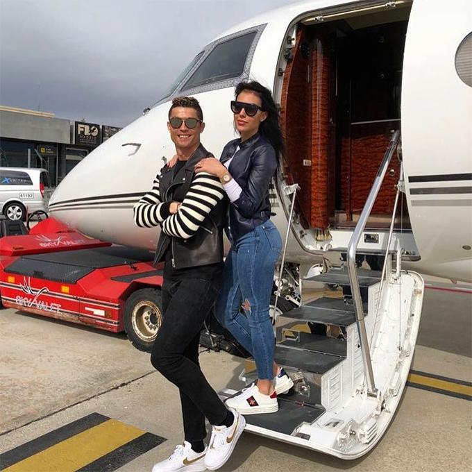 C. Ronaldo sở hữu máy bayGulfstream G200, mua hồi năm 2015 với giá 20 triệu bảng. Chuyên cơ này phục vụ đắc lực cho nhu cầu di chuyển của C. Ronaldo cùng vợ con.