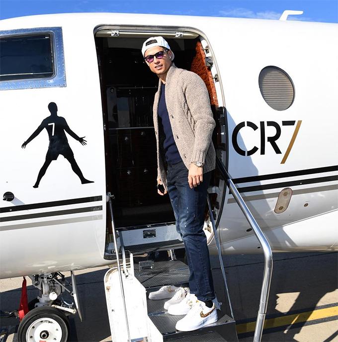 Cửa lên máy bay có in hình C. Ronaldo kèm thương hiệu CR7.