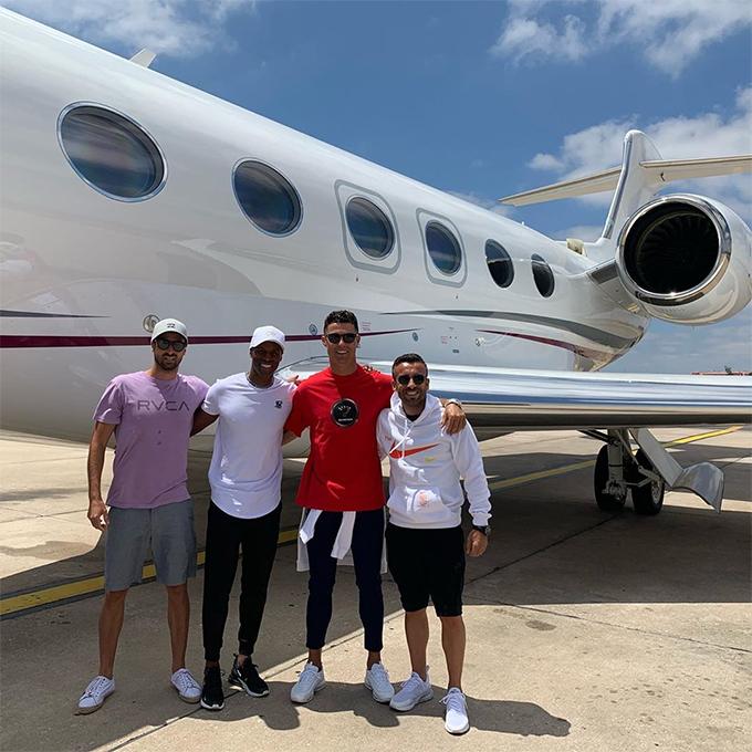 C. Ronaldo cũng hay rủ bạn bè đi cùng chuyên cơ trong các chuyến đi chơi và giải quyết công việc riêng.