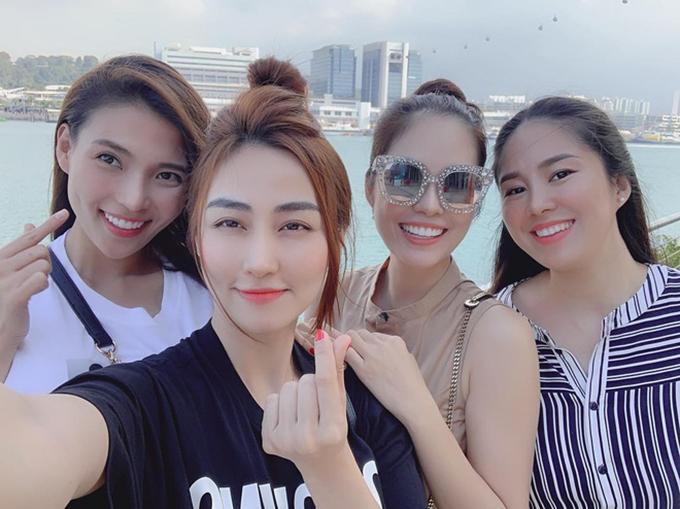Thúy Diễm, Ngân Khánh, Dương Cẩm Lynh, Lê Phương là thành viên của nhóm bạn thân bao gồm toàn các diễn viên đình đám phía Nam. Họ chơi với nhau hơn 10 năm, gọi nhau là mày - tao và coi nhau như chị em trong nhà. Trong ảnh, các người đẹp cùng đi du lịch tại Singapore.