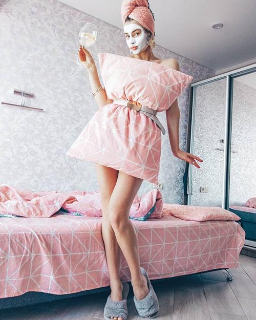 Đủ cách biến tấu mốt mặc gối của fashionista thế giới - 8