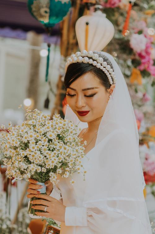 Cô dâu chọn lựa cúc họa mi làm hoa cầm tay. Loài hoa này tượng trưng cho tình yêu chân thành, giản dị, không vụ lợi và sâu sắc.