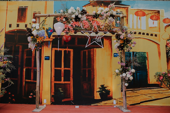 Bảng màu chủ đạo của tiệc cưới là các sắc màu ấm, nóng, gợi không khí hoài cổ của phố thị Hội An. Ekip đưa vào không gian nhiều loại hoa gồm hoa giấy, hoa lily, cúc vạn thọ, hướng dương... theo bảng màu của tiệc.