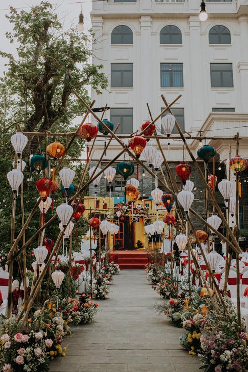Lễ đường cưới được trang trí bởi rất nhiều đèn lồng.