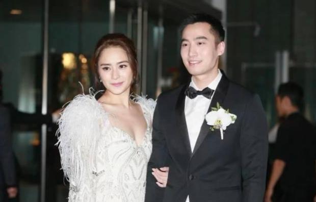 Chung Hân Đồng và chồng trong ngày cưới năm 2018.