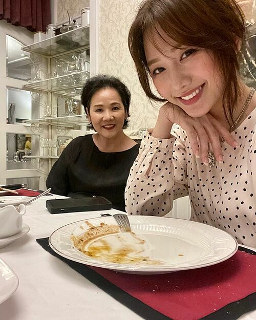 Hari Won chăm sóc mẹ chu đáo trong Ngày của mẹ.