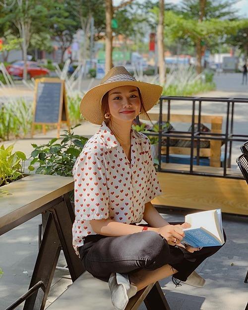 Siêu mẫu Thanh Hằng thả thính: Trong sách có ghi: Ngồi im, tình yêu sẽ tới. Mình ngồi đây từ chiều rồi nè.