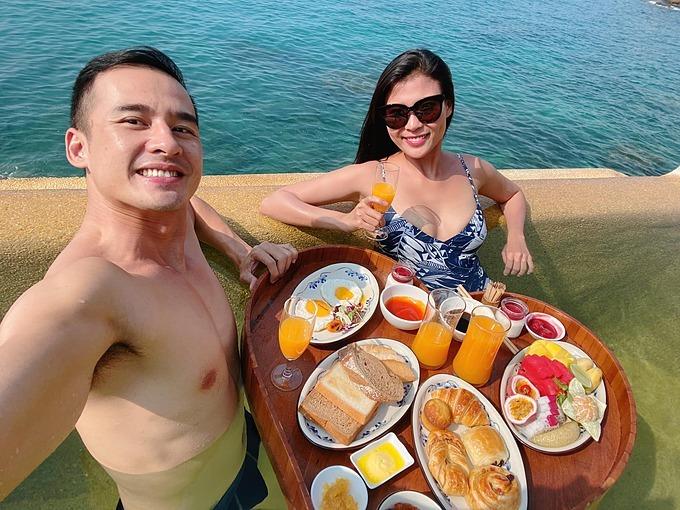 Vợ chồng Thúy Diễm - Lương Thế thư giãn khi đi du lịch nghỉ dưỡng ở Nha Trang.