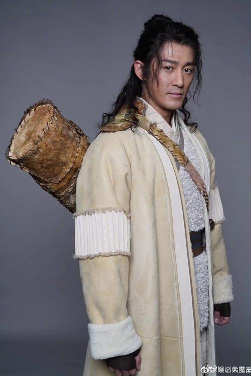 Sau nửa năm tuyên bố làm phiên bản điện ảnh mới của tiểu thuyết Ỷ Thiên Đồ Long ký, đạo diễn Vương Tinh hé lộ dàn diễn viên cùng hình ảnh định trang nhân vật hôm 7/5. Vào vai chính Trương Vô Kỵ, Lâm Phong (41 tuổi) bị khán giả Việt Nam, Hong Kong và Trung Quốc chê già.