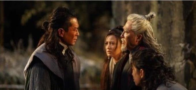 Ở tuổi 50, Cổ Thiên Lạc (trái) được cho là già khi vào vai Trương Thúy Sơn (cha của Trương Vô Kỵ) thời trẻ.