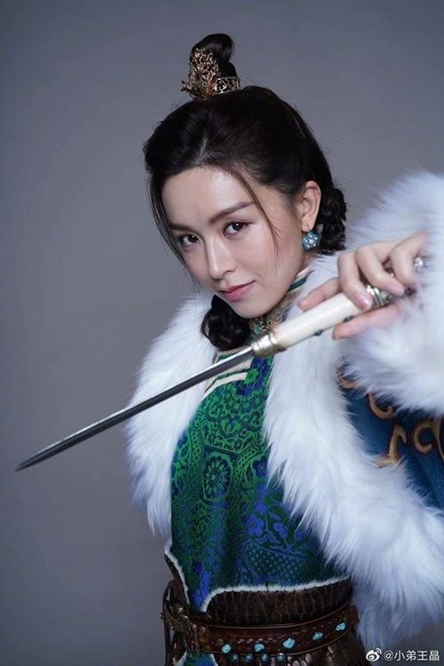 Trong vai Triệu Mẫn, Văn Vịnh San được nhận xét nhan sắc nhạt nhòa so với bom sex Trương Mẫn trong bản điện ảnh năm 1993, Lê Tư trong bản truyền hình năm 2000 và Giả Tịnh Văn trong bản truyền hình năm 2005.