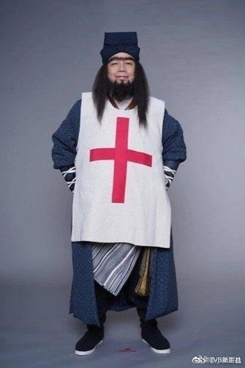 Một nhân vật phụ được bình luận là mặc áo có hình vẽ giống logo của Hội Chữ thập đỏ.