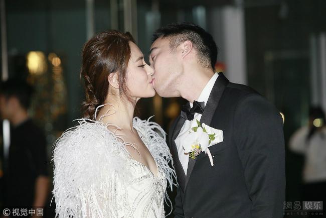 Chung Hân Đồng và Lại Hoằng Quốc trong ngày cưới.