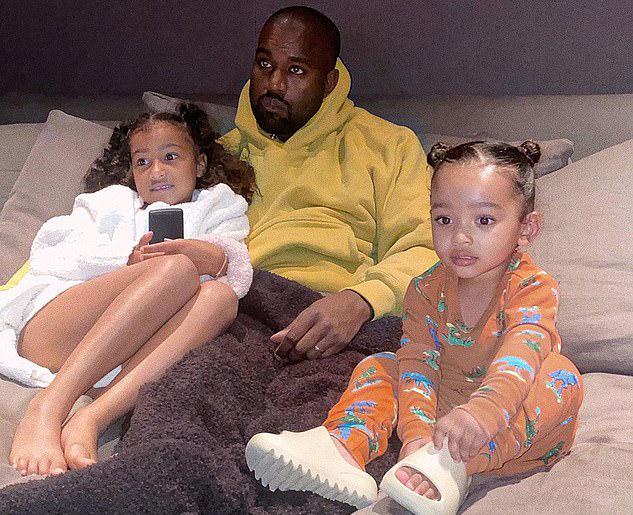 Kim Kardashian đăng ảnh Kanye chơi với hai con gái trong phòng xem phim của gia đình vào đầu tuần           này.