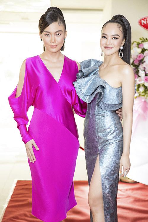 Á hậu Mâu Thuỷ rực rỡ trong bộ váy hồng đến chung vui với đồng nghiệp.
