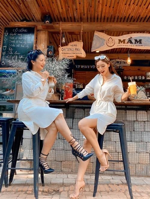 Katleen Phan Võ diện đồ đôi, tận hưởng những giờ phút thành thơi bên mẹ - Hoa hậu Điện ảnh Thanh           Xuân.