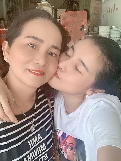 Cao Thái Hà ôm hôn mẹ trước khi đi quay phim xa.