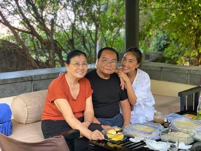 Những ngày gần đây, ca sĩ Đoan Trang cùng chồng con đưa ba mẹ đi Mũi Né, Phan Thiết nghỉ ngơi. Với           cô, mỗi ngày đều là ngày của ba mẹ.