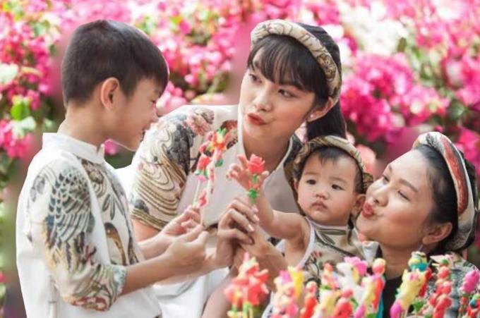 Chia sẻ lại một tấm ảnh cũ bên ba con, diễn viên Kiều Trinh bày tỏ, niềm hạnh phúc lớn nhất Ơn Trên           ban tặng cho cô là ba đứa con. Cô yêu thương và nhớ các con mỗi ngày.