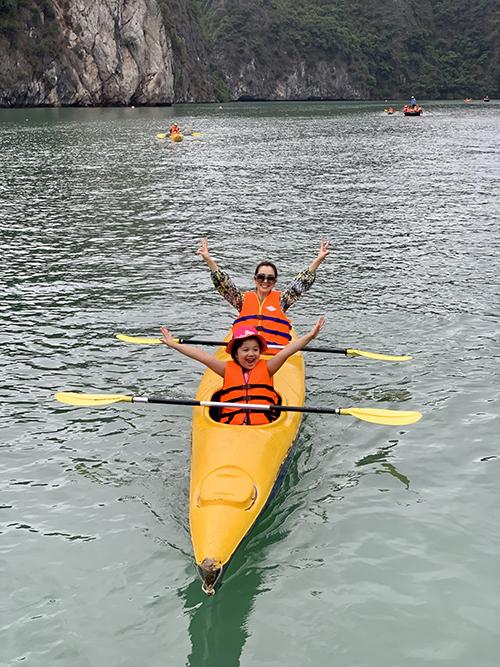 Bé Na rất thích thú khi chèo thuyềnkayak cùng mẹ. Mới chưa đầy bảy tuổi nhưng con gái Jennifer Phạm đã tỏ ra rất dạn dĩ, không hề e sợ khi thử các trò chơi mới.